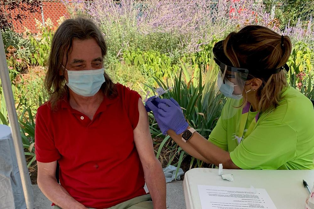 """La vacunación debe aumentar y que los contactos deben disminuir al 70 por ciento de los niveles prepandémicos para evitar una cuarta ola """"sustancial"""" en la provincia."""