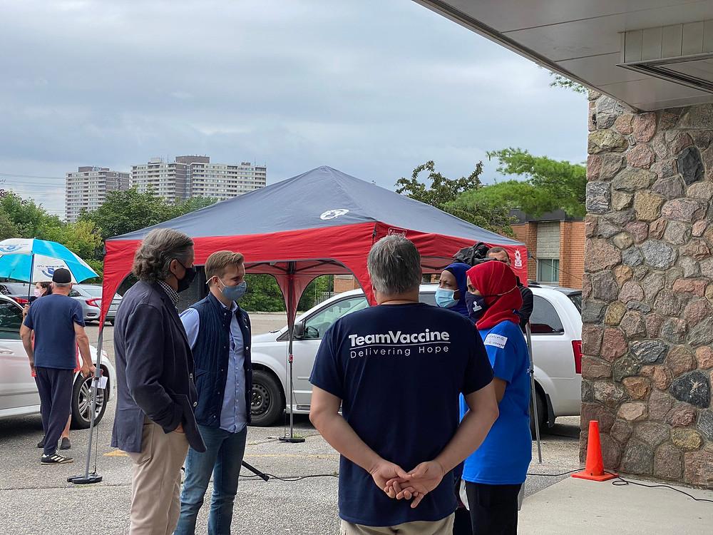 """El alcalde de Toronto, John Tory, y el presidente de la Junta de Salud de Toronto, Joe Cressy, visitando una de las clínicas de vacunación masiva de la iniciativa """"Home stretch vaccine push"""" en Kingsview Junior School en Etobicoke, el domingo 11 de Julio del 2021."""