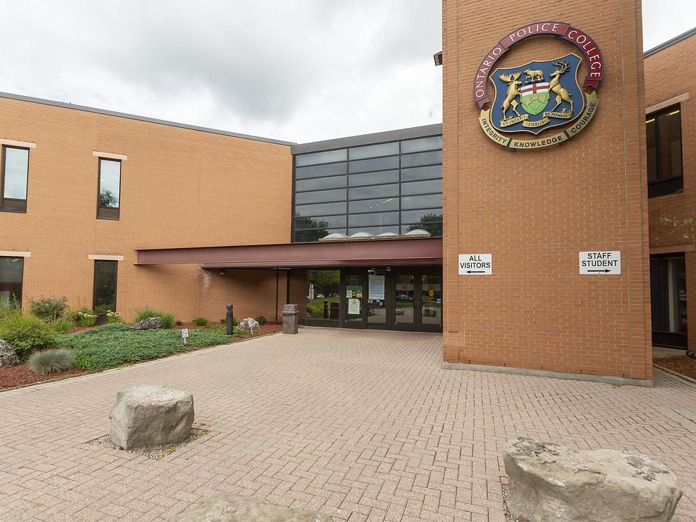 Más de 100 contagios por brote COVID-19 en el College de la Policía de Ontario.