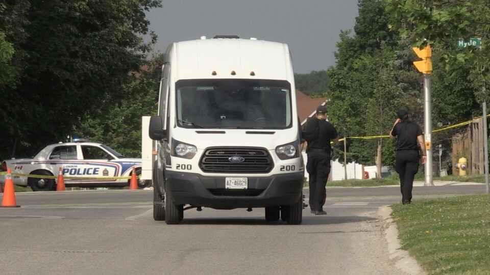 La policía de London investiga el accidente que mató a cuatro peatones y dejó a un niño herido el lunes 7 de junio de 2021.