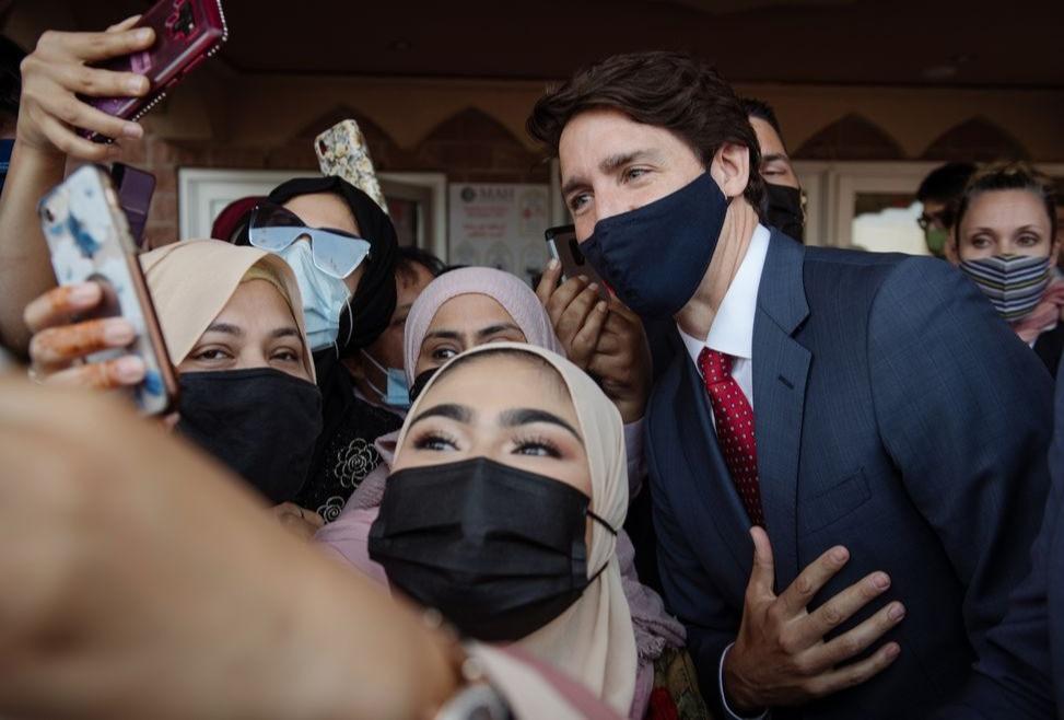 Justin Trudeau se toma fotografías de selfies con fieles en una mezquita en Hamilton, Ontario, el 20 de julio.