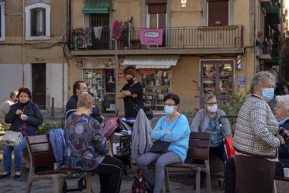 Personas en una plaza en Barcelona, España.