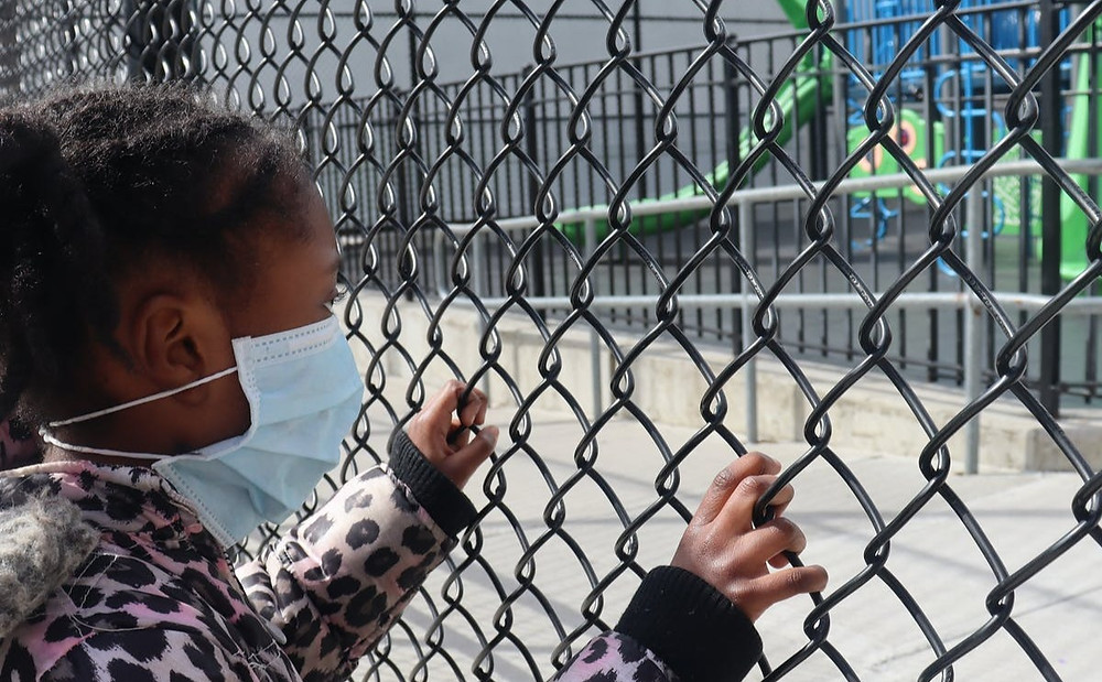 La pandemia de COVID-19 nos brinda la oportunidad de repensar y rediseñar cómo las escuelas apoyan las conexiones sociales de los niños y las oportunidades para el juego informal y la recreación.