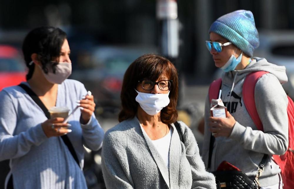 Peatones en el centro de Hamilton en medio de la pandemia de COVID-19
