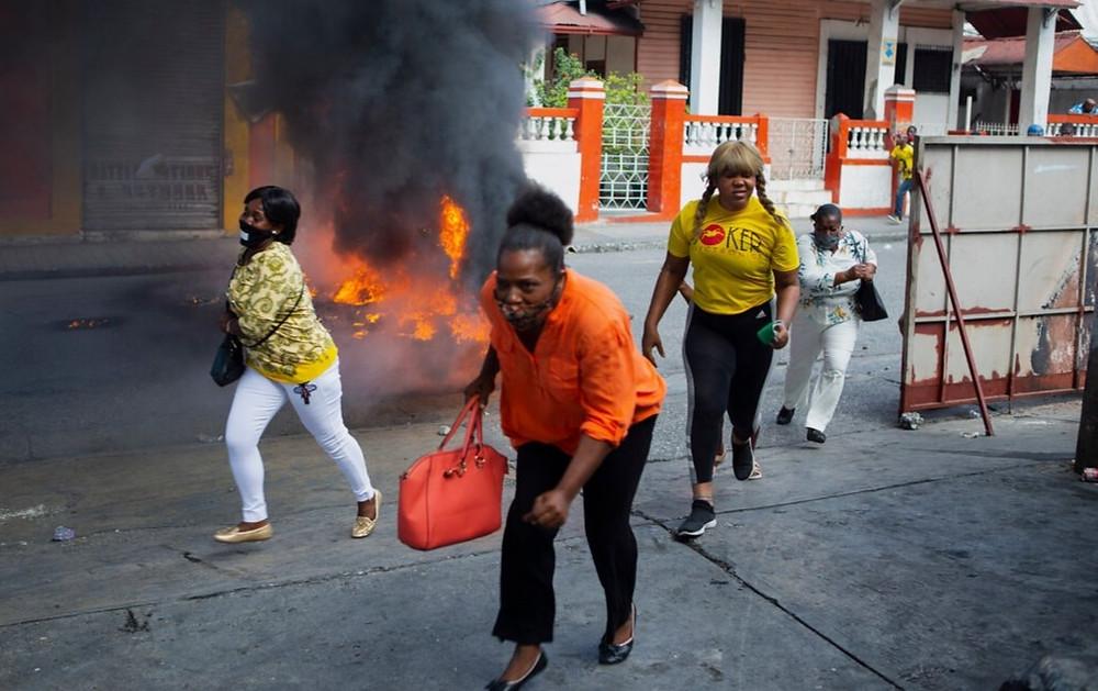 Una barricada en llamas en Puerto Príncipe durante una manifestación que pide la renuncia del presidente de Haití.
