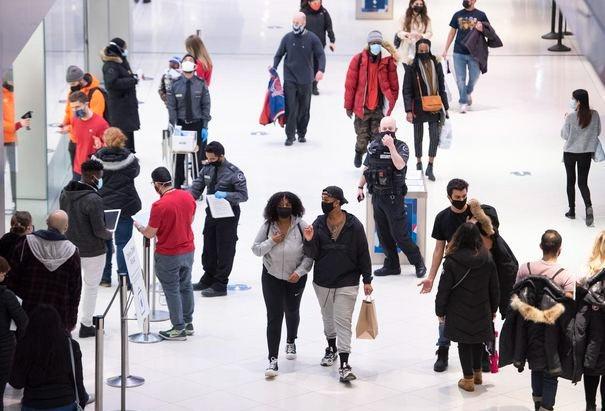 La gente va de compras en Nochebuena a un centro comercial en Ottawa, el jueves 24 de diciembre de 2020.