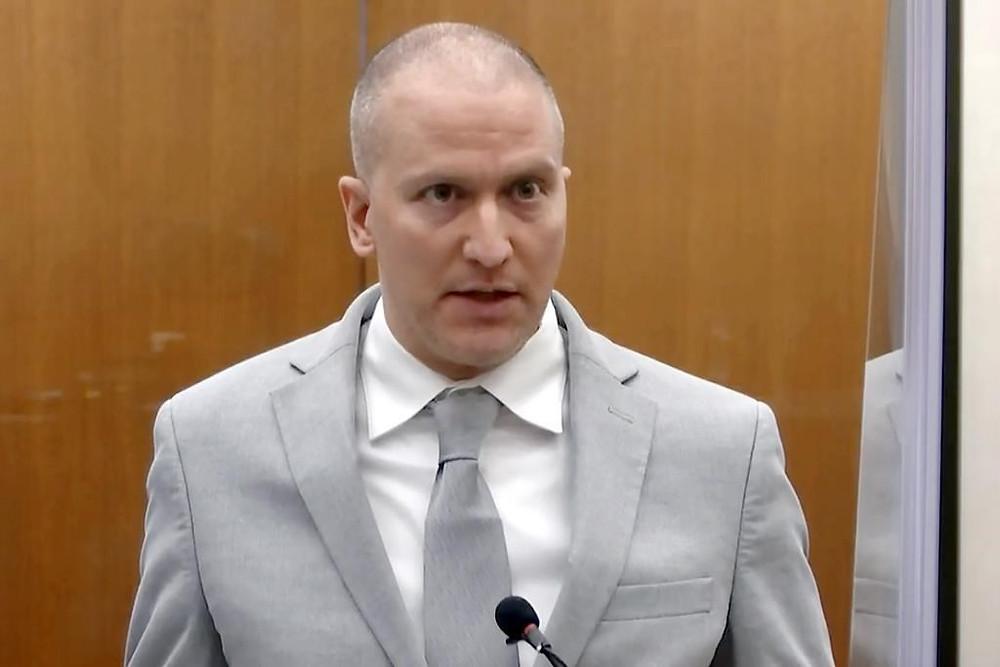 El ex oficial de policía de Minneapolis Derek Chauvin se dirige al tribunal mientras el juez del condado de Hennepin, Peter Cahill, preside la sentencia de Chauvin, el viernes 25 de junio de 2021, en el Palacio de Justicia del condado de Hennepin en Minneapolis. Chauvin enfrenta décadas de prisión por la muerte de George Floyd en mayo de 2020.