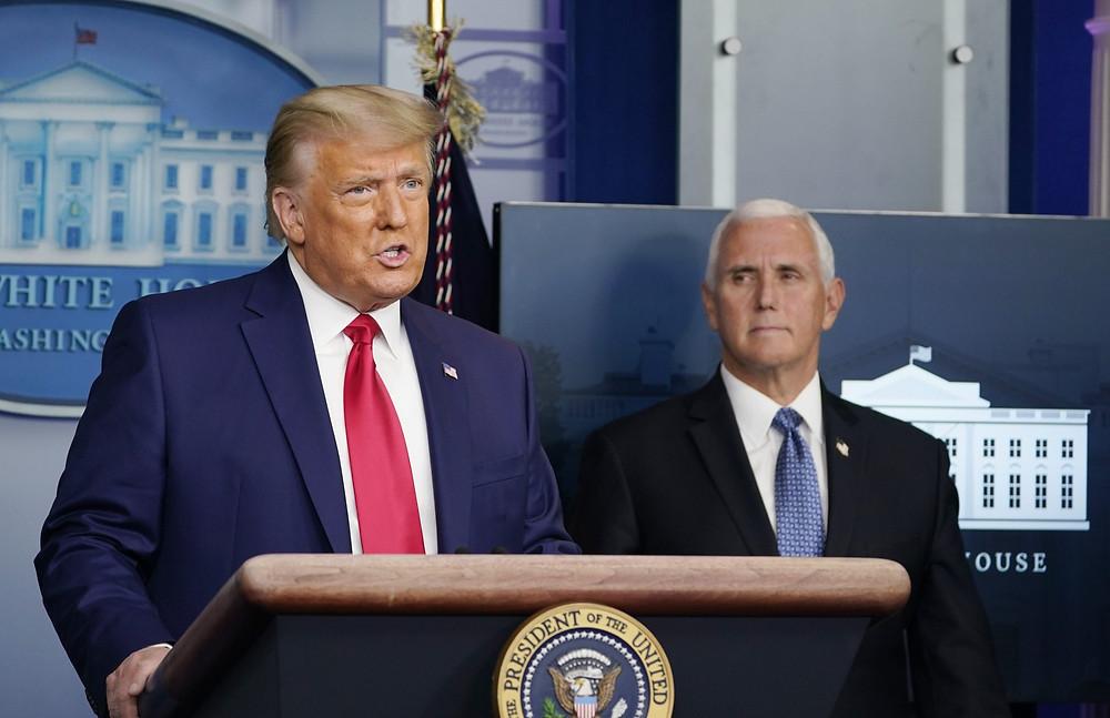 El presidente Donald Trump habla en la Sala de Información Brady en la Casa Blanca, el martes 24 de noviembre de 2020, en Washington, mientras el vicepresidente Mike Pence observa.