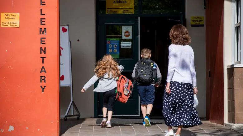 Se recomienda a los padres que examinen a sus hijos para detectar síntomas de COVID-19 cada mañana antes de enviarlos a la escuela.