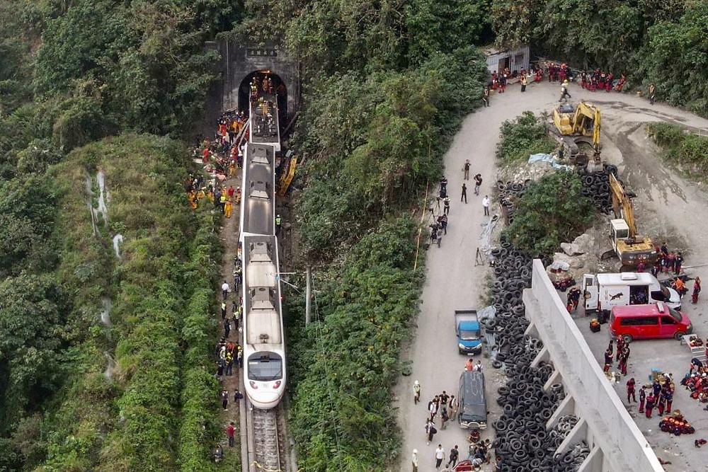 Una vista aérea muestra a los trabajadores de rescate en el lugar donde un tren descarriló dentro de un túnel en las montañas de Hualien, en el este de Taiwán, el 2 de abril de 2021.