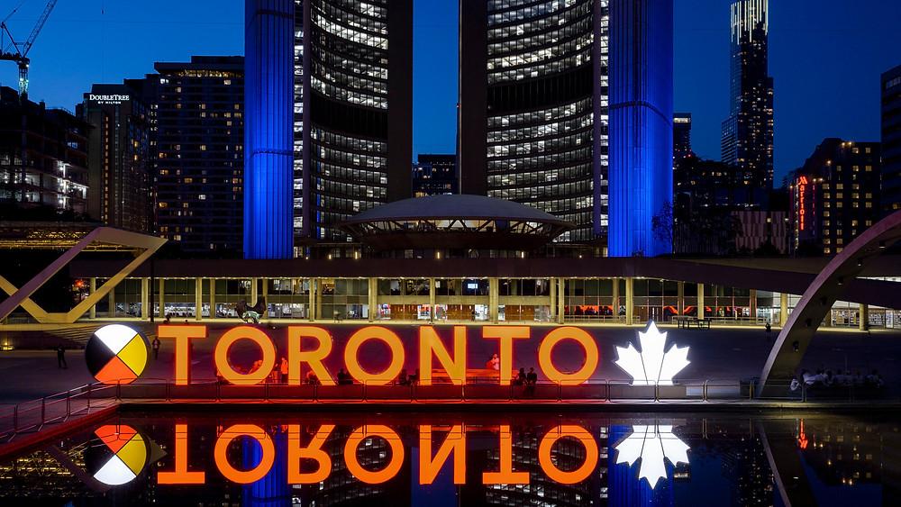 El letrero de Toronto fuera del Ayuntamiento se ilumina en naranja en solidaridad con las comunidades indígenas de Canadá.