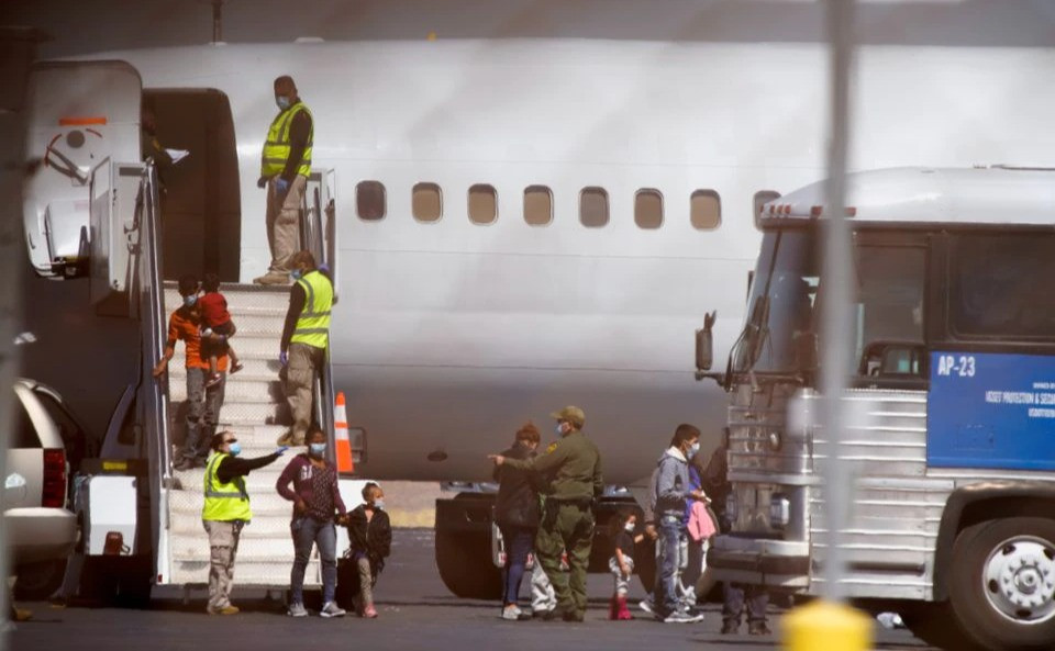 Estados Unidos reanuda vuelos de deportación para familias migrantes centroamericanas.