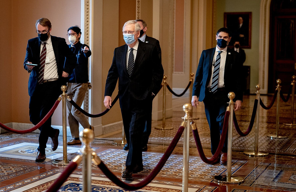 El Senado Mitch McConnell, el líder republicano, camina hacia las Cámaras del Senado en el edificio del Capitolio el miércoles.