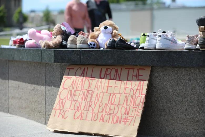 Los visitantes de Parliament Hill trajeron zapatos y juguetes para niños para crear un monumento en honor a los pequeños encontrados en la escuela residencial de Kamloops.