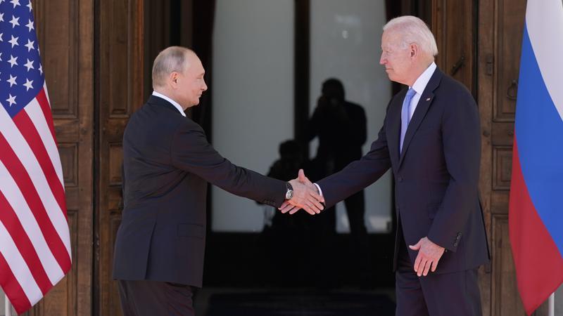 El presidente de Estados Unidos, Joe Biden, y el presidente de Rusia, Vladimir Putin en su primer encuentro cara a cara.