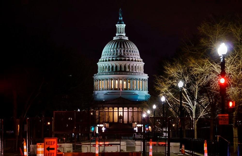 El Capitolio se ve detrás de barricadas reforzadas cuando comienza el segundo juicio político del ex presidente Donald Trump en el Senado en Washington, el martes 9 de febrero de 2021.