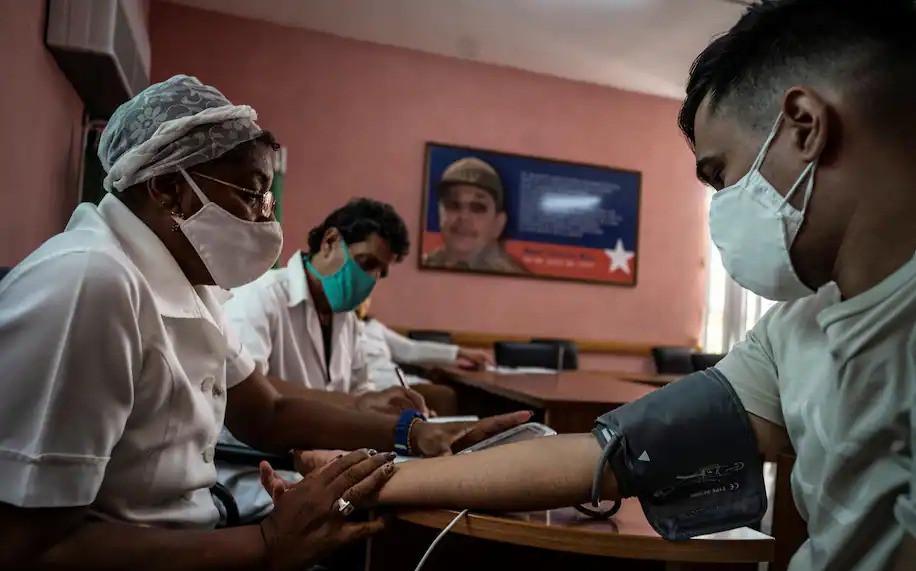 """Una enfermera le toma la presión arterial a un médico tras inyectarle la vacuna experimental contra el coronavirus """"Soberana 2"""" el pasado miércoles en el policlínico Héroes del Corinthia de La Habana."""
