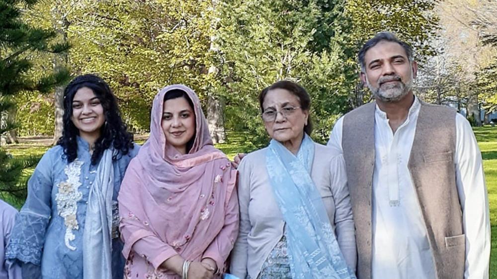 (De derecha a izquierda) Salman Afzaal, su madre de 74 años, su esposa Madiha Salman de 44 años, su hija Yumna Afzaal de 15 años.