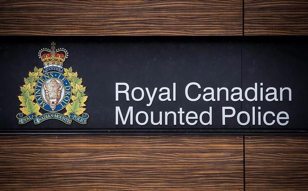 """El logotipo de la RCMP se ve fuera de la sede de la División """"E"""" de la Real Policía Montada de Canadá, en Surrey, BC, el 13 de abril de 2018."""