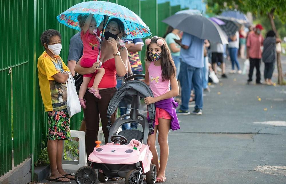 La gente espera en fila afuera de una escuela pública para recibir una inyección de la vacuna CoronaVac en la ciudad de Serrana en el estado de São Paulo, Brasil, el miércoles.
