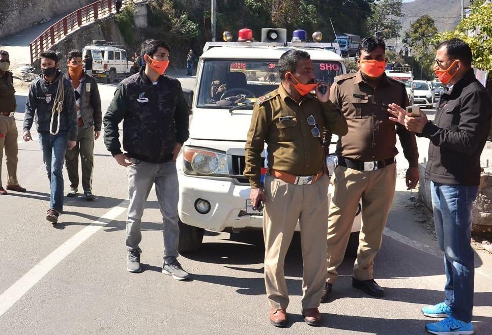 El personal de la policía se prepara en Srinagar del estado de Uttarakhand el 7 de febrero de 2021 después de que un glaciar se rompió en el distrito de Chamoli causando inundaciones repentinas en el río Dhauli Ganga. - Parte de un glaciar del Himalaya se desprendió en un río indio el 7 de febrero, provocando enormes torrentes que rompieron una presa y arrasaron puentes y carreteras, con el temor de que se produjeran víctimas, dijeron las autoridades.