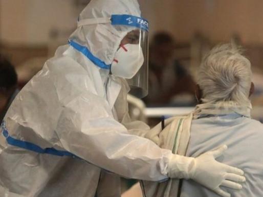 Nuevo récord de muertes en la India a medida que el virus envuelve al país