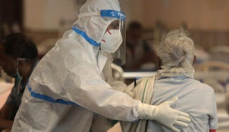 Los hospitales luchan por tratar a los pacientes en medio de la escasez de camas y oxígeno médico en la India.