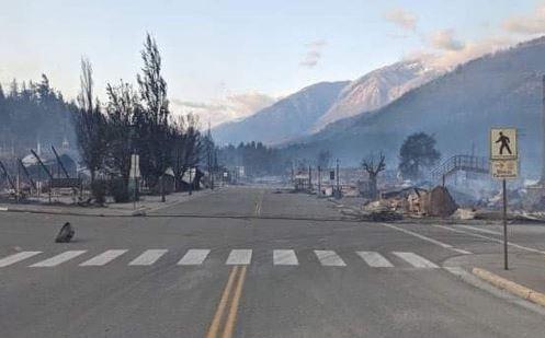 Incendio forestal destruye la mayor parte de la infraestructura de una población en BC