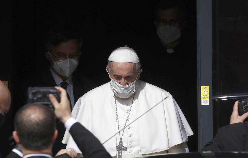 El Papa Francisco se marcha después de una visita a las oficinas de Radio Vaticana en Roma el lunes 24 de mayo de 2021.