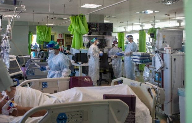 La Dra. Annalisa Malara, segunda desde la izquierda, visita a sus colegas en el Ospedale Maggiore di Lodi un año después del primer diagnóstico de COVID-19 en Italia el 11 de febrero de 2021, en Lodi, cerca de Milán.