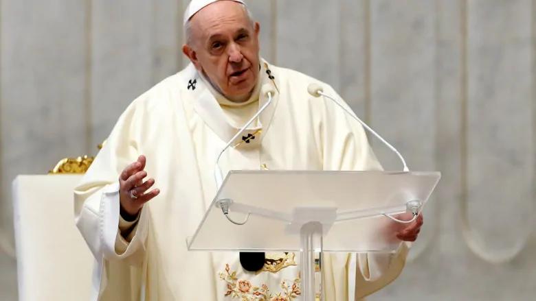 El Papa Francisco, visto aquí en el Vaticano en diciembre de 2020, está permitiendo que las mujeres hagan más durante la misa.