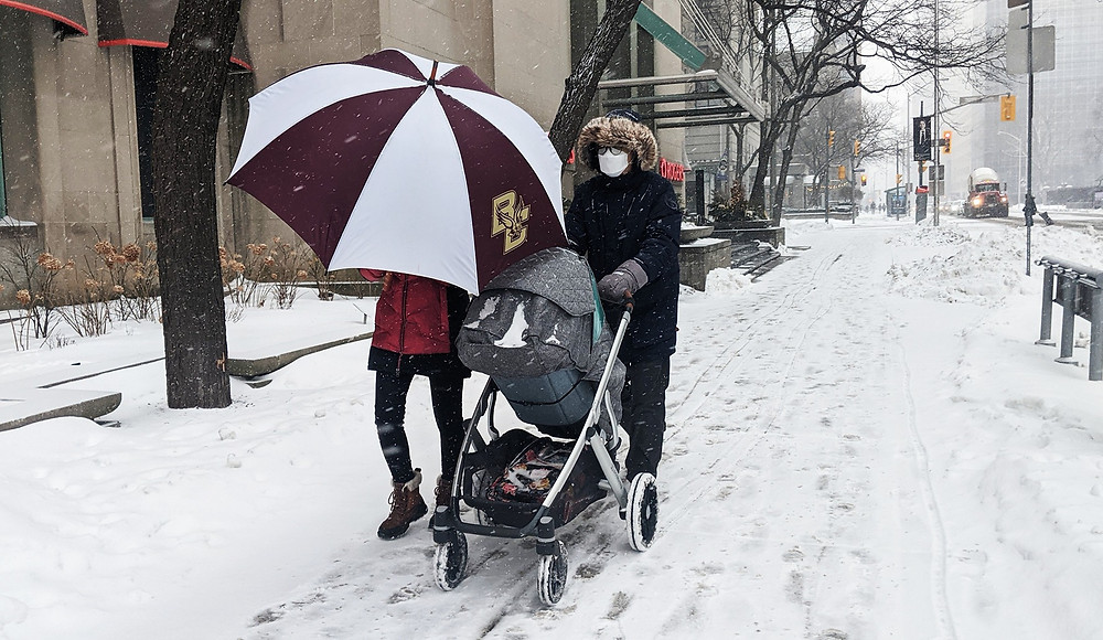 La gente sale a caminar en un día de nieve en el centro de Toronto el 18 de febrero de 2021.