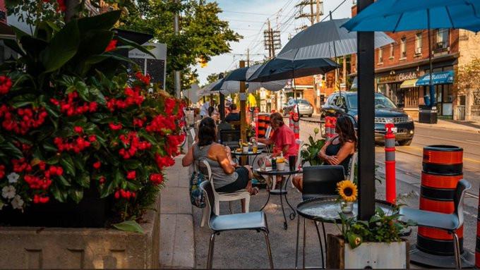 Los restaurantes y bares ya pueden comenzar a solicitar patios a través del programa CafeTO.