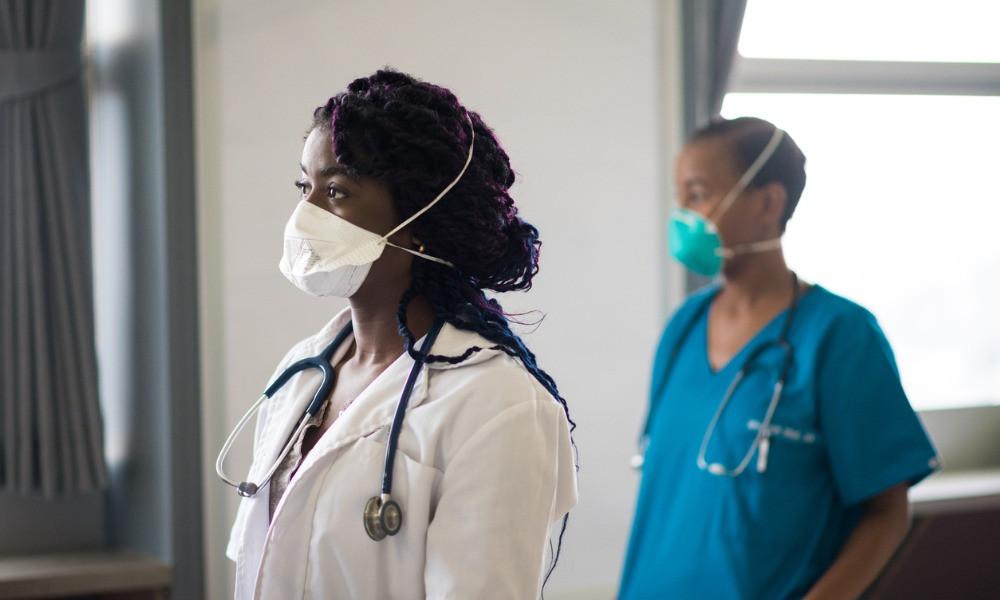 A los trabajadores de la salud se les dice que usen guantes, batas, respiradores N95 que estén probados y con sello y protección para los ojos.