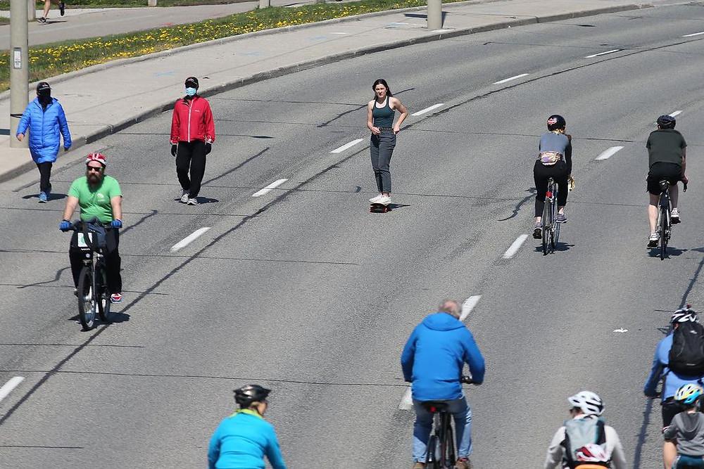 patinadores, ciclistas y peatones compartiendo Lake Shore Boulevard