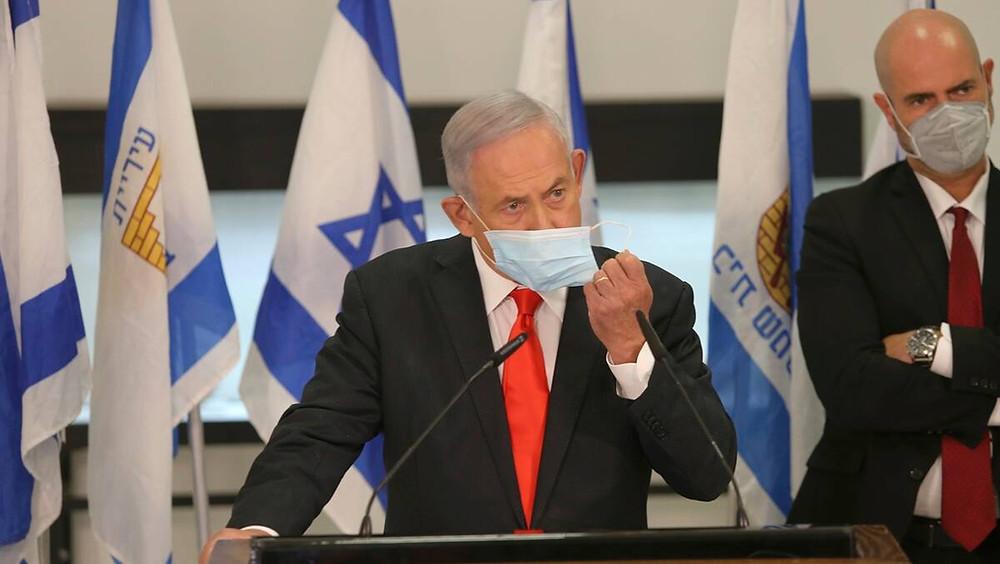El primer ministro israelí, Benjamin Netanyahu, se ajusta la mascarilla durante su visita a la ciudad israelí de Beit Shemesh, cerca de Jerusalén, el martes 8 de septiembre de 2020