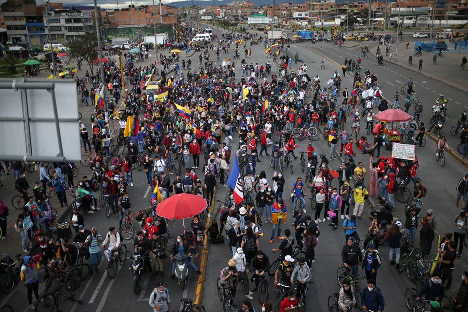 Manifestantes colombianos marchan en las capitales departamentales del país exigiendo ayuda económica y cambio social.