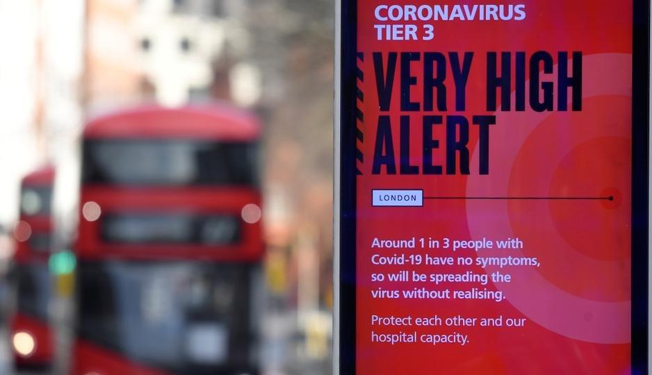 Un anuncio de información de salud del gobierno británico destaca nuevas restricciones en Londres, Gran Bretaña, el 19 de diciembre de 2020.
