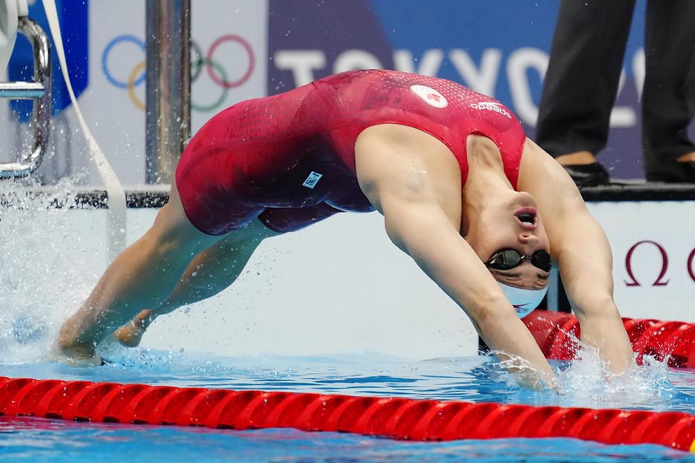 La canadiense Kylie Masse compite en la semifinal femenina de 200 metros espalda durante los Juegos Olímpicos de Verano de Tokio, en Tokio, el viernes 30 de julio de 2021.