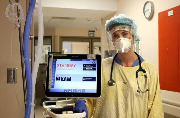 Vanessa Jaque-Weisser, terapeuta respiratoria del Hospital General de North York, se muestra con un ventilador.