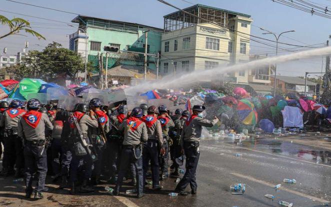 La policía de Birmania dispara para dispersar la protesta, cuatro heridos y uno crítico.