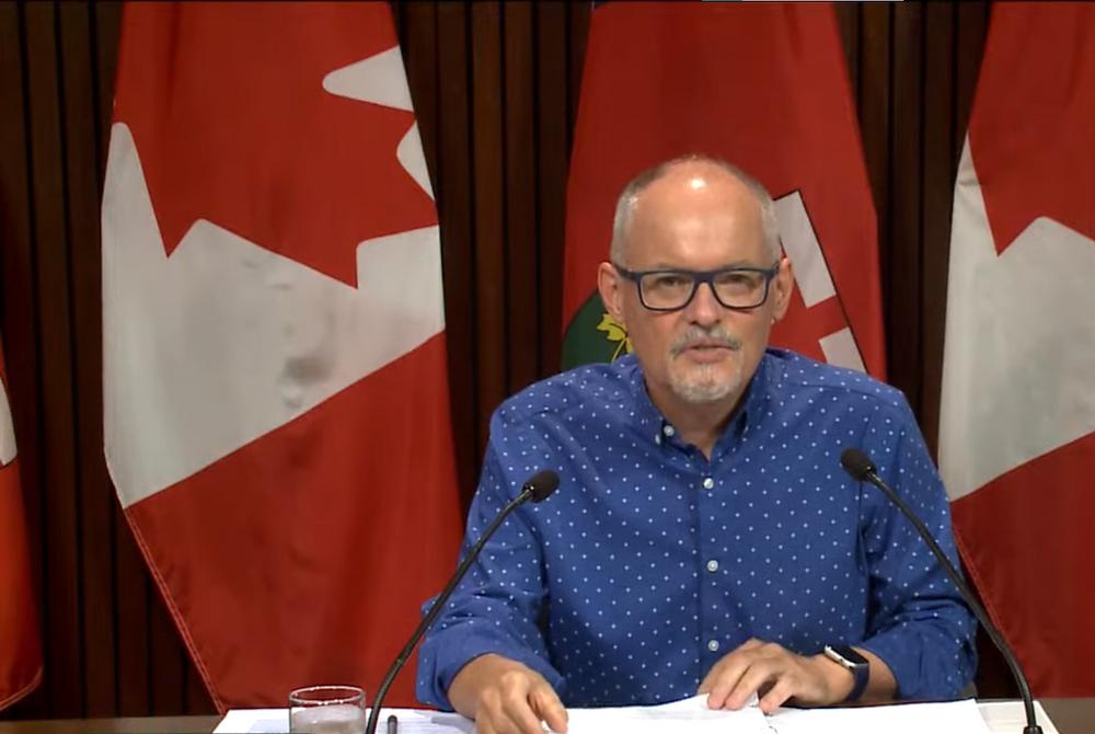 """El médico principal de Ontario, el Dr. Kieran Moore, pide a los no vacunados a que se pongan una vacuna o se arriesguen a enfermarse: """"Se trata de prevención""""."""