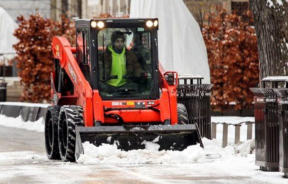 n hombre limpia la nieve fuera del Museo Real de Ontario en Toronto a principios de esta semana. La policía advirtió sobre las difíciles condiciones de la carretera el sábado después de una mezcla nocturna de nieve, lluvia helada y lluvia.