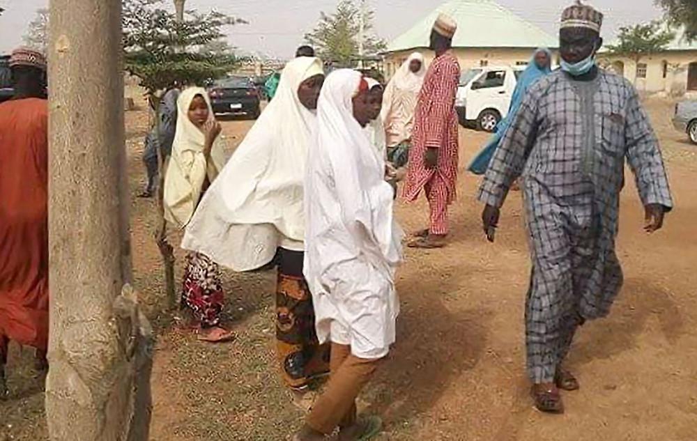 Los padres de los estudiantes que fueron secuestrados en Jangede, Nigeria, llegaron el viernes a su escuela en busca de información.