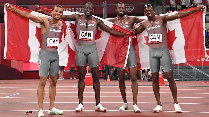 Aaron Brown, Jerome Blake, Brendon Rodney y Andre De Grasse de Canadá celebran después de ganar el bronce en los relevos masculinos de 4x100m en los Juegos Olímpicos de Tokio 2020.