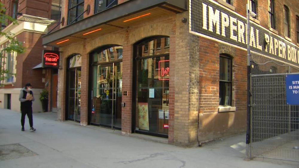 Exterior del restaurante Baro en King Street en el centro de Toronto el 17 de mayo de 2021.