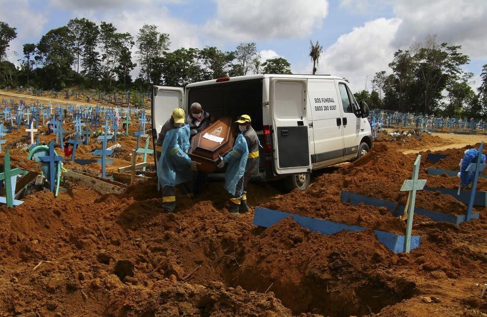 En esta fotografía de archivo del 6 de enero de 2021, los trabajadores del cementerio llevan los restos de Abilio Ribeiro, de 89 años, quien murió por el coronavirus, para enterrarlos en el cementerio Nossa Senhora Aparecida en Manaus, estado de Amazonas, Brasil. El número mundial de muertos por COVID-19 ha superado los 2 millones.