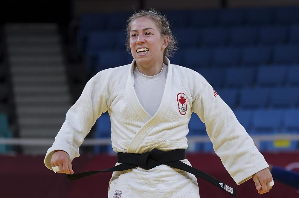 La canadiense Catherine Beauchemin-Pinard reacciona después de derrotar a Magdalena Krssakova, de Austria, mientras compiten en la categoría de peso de 63 kg de Judo Femenino durante los Juegos Olímpicos de Tokio en Tokio, el martes 27 de julio de 2021.