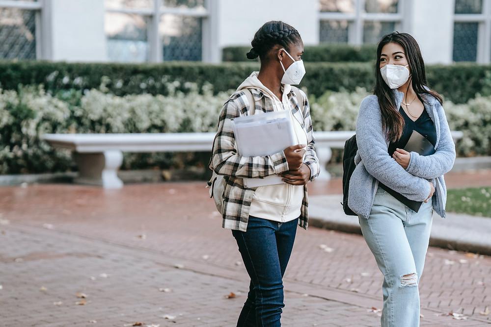 Algunas universidades no aprueban el requisito de vacunación COVID-19.