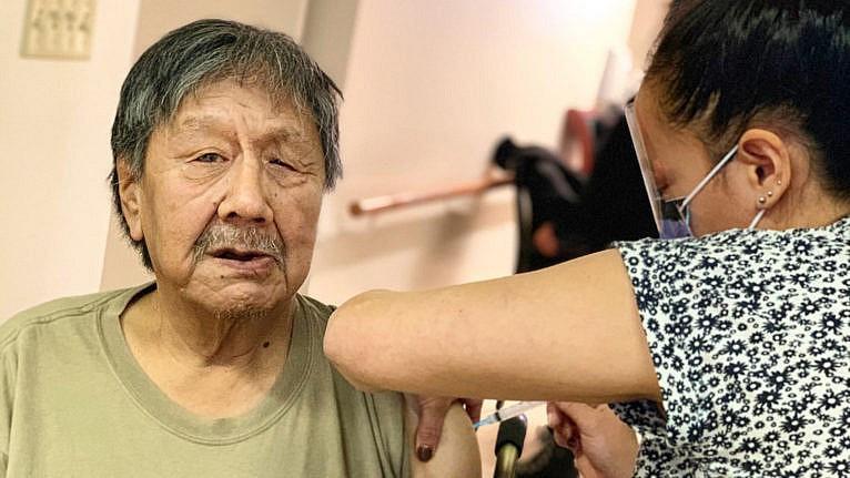 Josephee Adams, de 70 años, residente del Centro de Ancianos de Iqaluit, es la primera receptora de la vacuna de Nunavut.